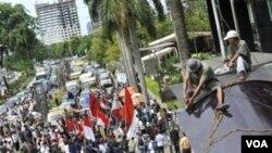 Para demonstran di Jakarta melakukan unjuk rasa di luar kantor KPK saat memperingati Hari Anti Korupsi Sedunia tahun 2010 (foto: dok).