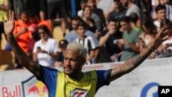 Neymar salue ses fans lors d'un tournoi de jeunes footballeurs au Brésil, Brésil, le 13 juillet 2019