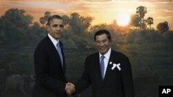 美國總統奧巴馬星期一在柬埔寨金邊與柬埔寨首相洪森會面