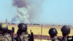 지난 25일 터키 국경지역의 군인들이 시리아 코바니 지역에서 연기가 치솟는 것을 바라보고 있다. (자료사진)