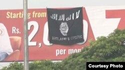 Sebuah bendera ISIS berkibar di jembatan Islamabad, Pakistan.