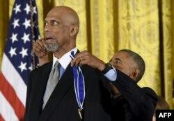 Presiden AS Barack Obama menghadiahkan bintang NBA Kareem Abdul-Jabbar Presidential Medal of Freedom, kehormatan sipil tertinggi, di Gedung Putih di Washington, DC, 22 November 2016. (Foto: AFP)