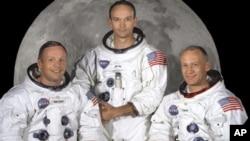 """Neil Armstrong (solda), kendisiyle birlikte Ay'a giden Apollo 11 ekibinin üyeleri Michael Collins ve Edwin """"Buzz"""" Aldrin'le"""