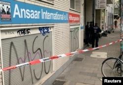 Polisi menyegel markas organisasi muslim Ansaar International di Duesseldorf, Jerman, setelah dinyatakan sebagai organisasi terlarang, 5 Mei 2021. (REUTERS/Erol Dogrudogan)