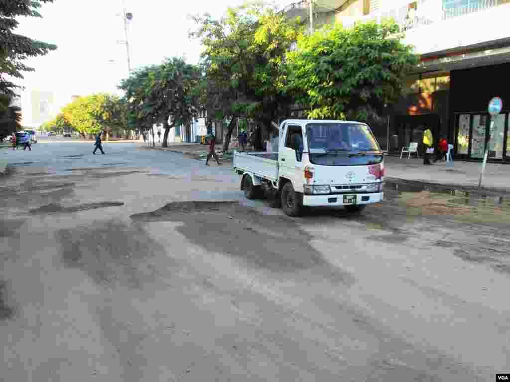 É a segunda maior cidade de Moçambique, logo após a capital do país, Maputo, contando com uma população de 431.583 habitantes de acordo com o Censo de 2007. Moçambique, Buracos Beira, Maio 21, 2014