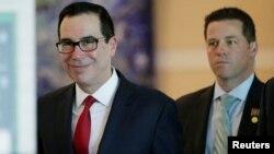 美国财政部长姆努钦(左)和美国经贸代表团成员离开北京一家酒店前去与中方谈判人员举行贸易谈判。(2018年5月3日)