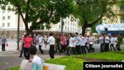 Theo tường thuật của blogger Mai Xuân Dũng, lực lượng công an đã xuất hiện đông đảo để trấn áp cuộc biểu tình, trong đó có công an thường phục đeo băng đỏ. (Ảnh Facebook Mai Dzung)