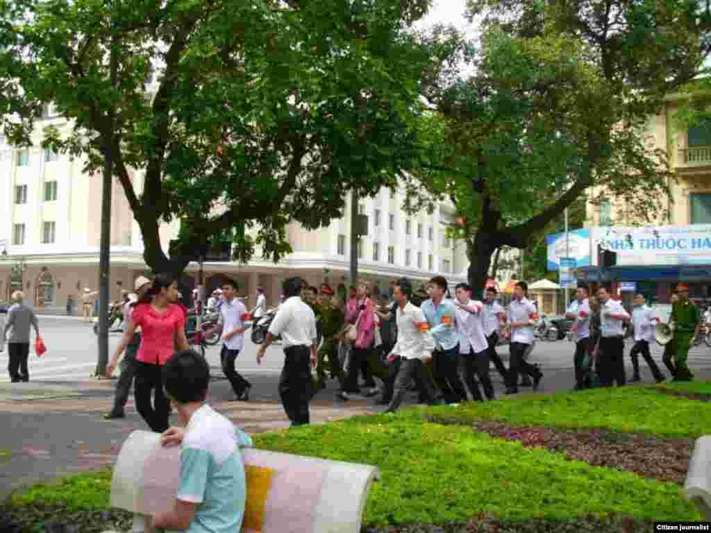 Theo tường thuật của blogger Mai Xuân Dũng, lực lượng công an xuất hiện đông đảo để trấn áp cuộc biểu tình, trong đó có công an thường phục đeo băng đỏ. (Ảnh Facebook Mai Dzung)
