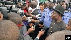 Rais wa Nigeria, Goodluck Jonathan, mwenye kofia nyeusi (kati) akizungumza na waandishi wa habari huko Abuja nchini Nigeria