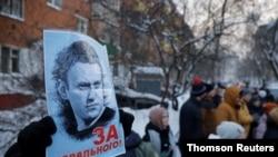 알렉세이 나발니 씨 지지자들이 나발니 씨가 구금되어 있는 힘키 경찰서 앞에서 시위를 벌이고 있다.