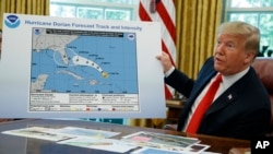 2019年9月4日特朗普总统在听取关于多里安飓风简报后在白宫与记者谈话。