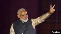 ນາຍົກລັດຖະມົນຕີ ອິນເດຍ ທ່ານນາເຣນດຣາ ໂມດີ ສະແດງທ່າທາງ ຂອງໄຊຊະນະ ຕໍ່ພວກທີ່ໃຫ້ ການສະໜັບ ສະໜຸນ ທ່ານ ຫຼັງຈາກ ທີ່ໄດ້ຮັບຜົນການເລືອກຕັ້ງ ຢູ່ທີ່ສຳນັກງານໃຫຍ່ ຂອງພັກ Bharatiya Janata (BJP) ໃນນະຄອນຫຼວງ ນິວເດລີ ຂອງອິນເດຍ, ວັນທີ 23 ພຶດສະພາ 2019.