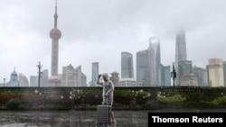 """颱風""""煙花""""襲擊浙滬 數十萬人撤離 航班地鐵公交停運"""