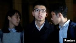 Cựu lãnh tụ sinh viên Joshua Wong (giữa) và hai nhà hoạt động Agnes Chow (trái) và Nathan Law (phải) dược tòa Phúc thẩm Hong Kong trả tự do sau khi đóng tiền tại ngoại ngày 23/1/2018.