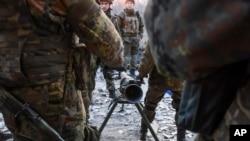 Pejuang Batalion Azov Battalion bersiap menembakkan senjata anti-tank di kota Shyrokyne, Ukraina timur (23/3). (AP/Mstyslav Chernov)