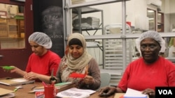 Haiti native Marie Poisson, 60, (right) takes an English class with other immigrant women as part of a program offered by the Hot Bread Kitchen bakery. (VOA-Dave Grunebaum)