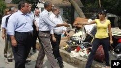 31일 미국 뉴저지주의 허리케인 샌디 피해 지역을 방문한 바락 오바마 대통령(가운데).
