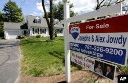 미국 메사추세츠 주 왈폴시의 주택가에 집을 판다는 푯말이 붙어있다.
