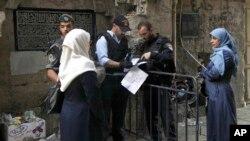 Polisi Israel memeriksa surat-surat warga Palestina di kota tua Yerusalem (8/10).