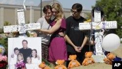 콜로라도 주 극장 총기난사 사건의 희생자 빈소를 찾은 유가족들.
