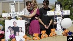 Espontáneamente, la gente ha ido colocando ofrendas en memoria de las víctimas frente en el cine donde ocurrió la masacre.
