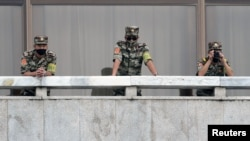 朝韩边境板门店非军事区的朝鲜士兵在观察韩国一侧的动静。(2020年9月16日)