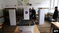 Gradjani glasaju na izborima na Kosovu
