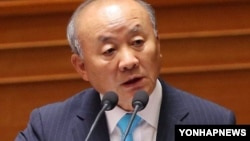 국회 본회의장에서 열린 대정부 질문에서 답변하는 류우익 한국 통일부 장관.