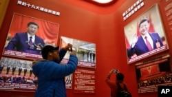 2018年11月15日,北京中国国家博物馆举办中国改革开放40周年展览突出习近平主席,参观者用手机拍照。