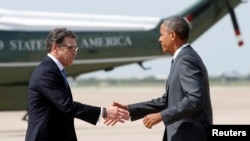 Guverner Teksasa Perry pozdravlja predsjednika Obamu na aerodromu