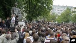 Người biểu tình tụ tập gần tượng đài thi sỹ kiêm triết gia Abai Kunanbayaev tại Moscow, Nga, 13/5/2012
