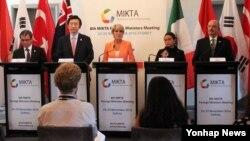 25일 호주 시드니 모스만에서 개최된 '제8차 믹타 외교장관 회의'가 끝난 후 주최국 호주의 줄리 비숍 외교장관(가운데)이 회담 결과를 설명하고 있다. 왼쪽 두번째는 윤병세 한국 외교부 장관.