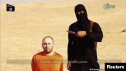 지난해 8월 ISIL이 공개한 동영상에서 검은 복명의 남성이 미국인 인질을 살해하겠다고 위협하고 있다.