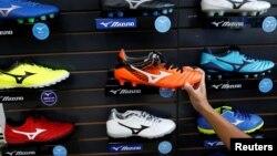 Sản phẩm giày xuất khẩu của Việt Nam được trưng bày tại một cửa hàng ở Hà Nội. Việt Nam đã trở thành quốc gia xuất khẩu hàng hoá lớn thứ 2 vào Mỹ trong năm nay.