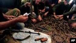 Suriyada Prezident Bashar Assadga qarshi kurashayotgan jangchilar (surat arxivdan olindi).