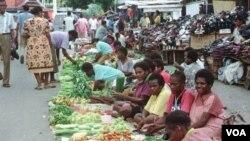 Sebuah pasar tradisional di Jayapura, provinsi Papua (foto: dok). Meski telah ditetapkan Otsus bagi Papua dan Papua barat, namun sekitar 70 persen masyarakat Papua masih hidup di bawah garis kemiskinan.