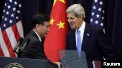 រដ្ឋមន្ត្រីការបរទេសអាមេរិក John Kerry (ស្តាំ) ចាប់ដៃលោកអនុរដ្ឋមន្ត្រីចិន Wang Yang នៅក្រោយកិច្ចប្រជុំU.S.-China Strategic and Economic Dialogue (S&ED) Joint Opening Session នៅក្រសួងការបរទេសសហរដ្ឋអាមេរិកក្នុងរដ្ឋធានីវ៉ាស៊ីនតោន។ (១០ កក្កដា ២០១៣)