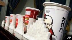 Perbandingan ukuran minuman bergula dan gula yang terkandung di dalamnya, ditunjukkan oleh Dewan Kesehatan New York. (Foto: Dok)