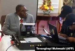 UMongameli Mugabe waba ngowokuqala ukubhalisa igama kugwalo lokuvota.