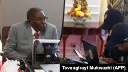 Owayengumongameli, uMnu. Robert Mugabe ebhalisela ukuvota.