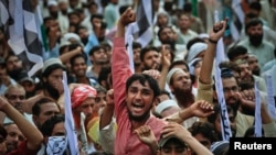 پاکستان میں ایک کالعدم تنظیم کے حامی مظاہرہ کر رہے ہیں۔ فائل فوٹو