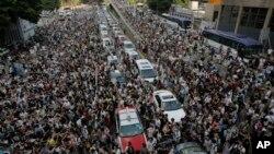 2014年9月28日,成千上万的人们封堵了香港一条主要的道路。(资料照片)