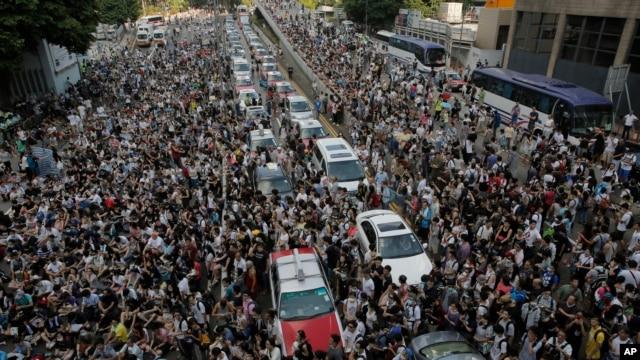 数万市民聚集香港中环主要街道和平抗议