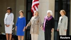 ABŞ-ın birinci xanımları Mişel Obama, Lora Buş, Hillari Klinton, Barbara Buş və Rozalin Karter