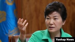 박근혜 한국 대통령이 10일 청와대에서 수석비서관회의를 주재하고 있다.