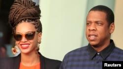 Pasangan bintang penyanyi AS Beyonce dan Jay-Z di depan hotel merela di Havana, Kuba (4/4).