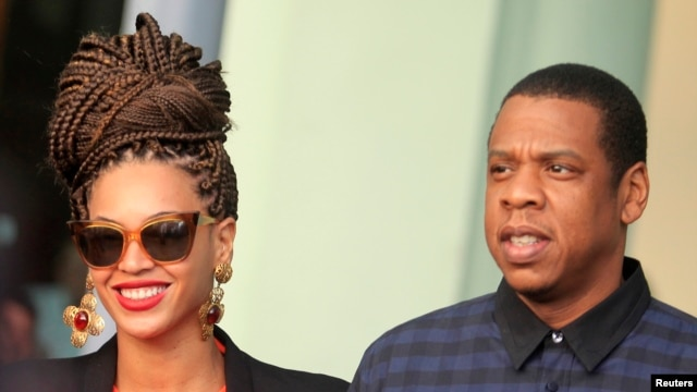 US pop star Beyonce (L) and her husband, rapper Jay-Z, are seen in front of their hotel in Havana April 4, 2013.
