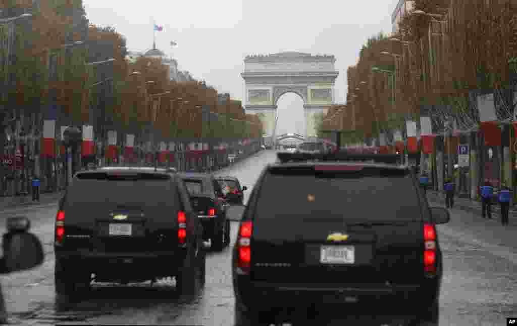 特朗普的车队2018年11月11日在巴黎香榭丽舍大街驶向凯旋门,总统夫妇将参加那里举行的一战停战日100周年纪念活动。
