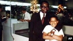 Uma rara foto do presidente Barack Obama, enquanto jovem, com o seu pai