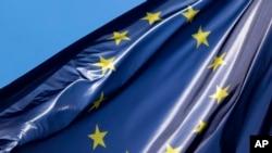 Bendera Eropa berkibar, Kamis, 23 Juni 2016. (Foto: AP)